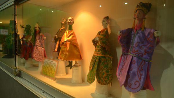 يحتوي متحف عرائس الظل في جاكارتا مجموعات من العرائس التي جمعت من مقاطعات أخرى مثل سيريبون، وبالي، ووسط جاوة
