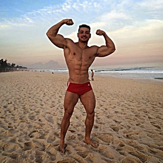 Felipe Franco, que se prepara para competir em julho nos EUA, exibe o físico musculoso. Foto: Arquivo pessoal