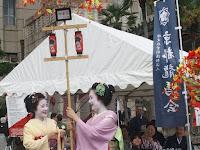 伏見御香宮の風流花傘のミニチュア。
