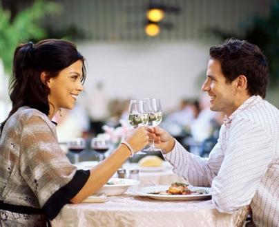 كيف يتعامل الرجل مع المرأة اثناء الخطوبة - موعد لقاء غرامى عاطفى رومانسى - man and woman romantic date