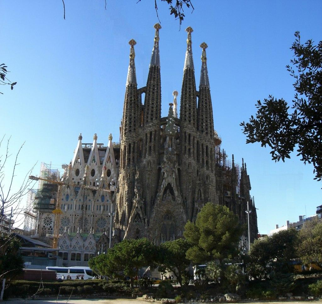 Barcelona sagrada familia beautiful places of barcelona for Familia barcelona