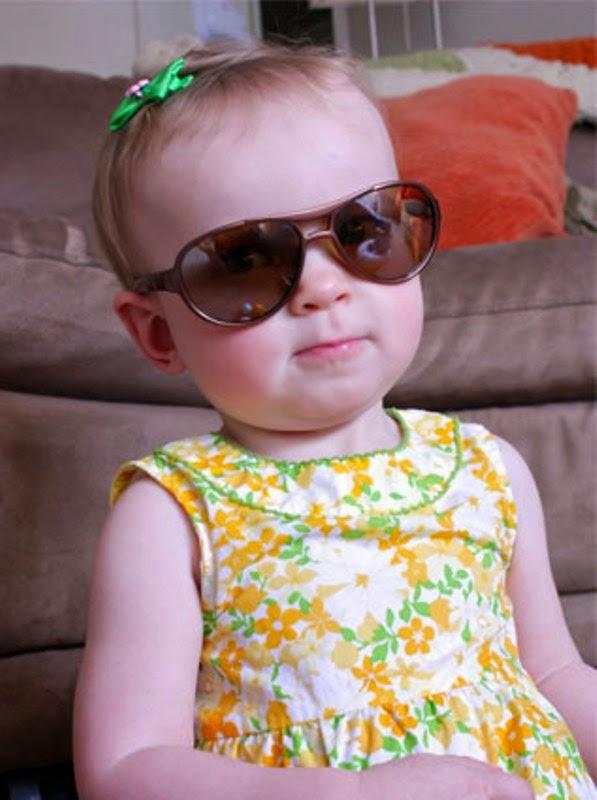 Foto bayi lucu dan keren memakai kacamata