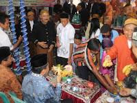 Tradisi Berebut Panganan di Perayaan Meron