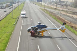 Uma mulher entrou em trabalho de parto no meio do congestionamento. Um helicóptero da PRF