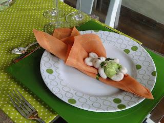 prato de bolas, sousplat verde, guardanapo laranja, porta guardanapo de coelho, decoração páscoa