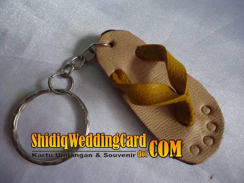 http://www.shidiqweddingcard.com/2014/02/gantungan-kunci-sandal-kulit.html