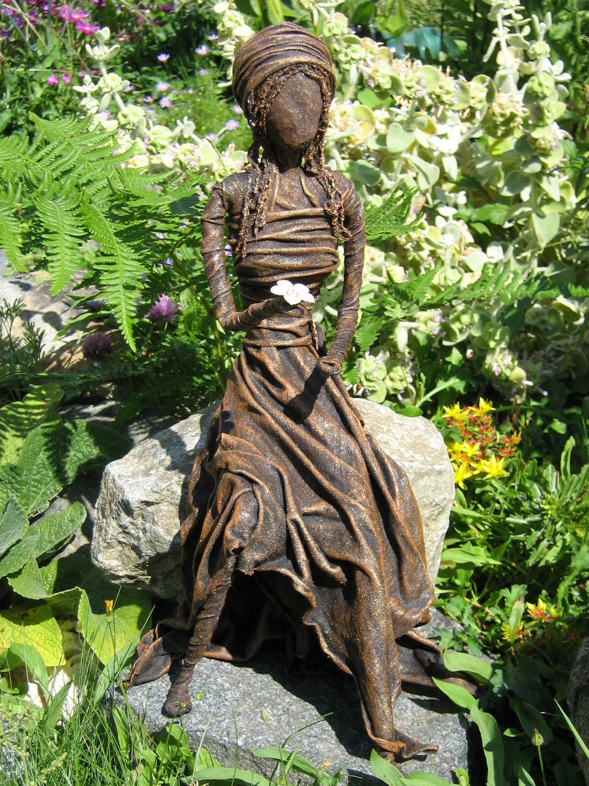Paverpol vancouver island basic sitting sculpture for Statue deco jardin