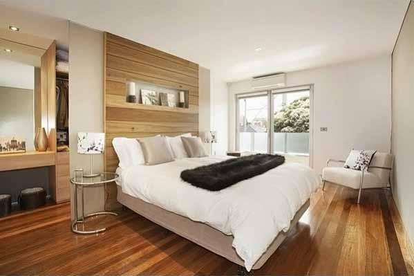 ruang kamar lantai kayu, kamar terlihat alami, kasur putih lembut