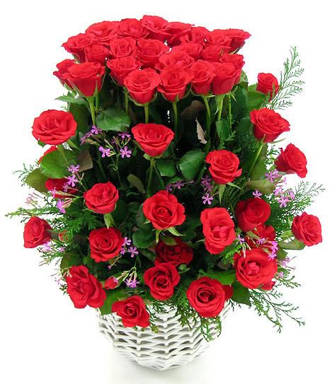 Ramo de Rosas Rojas en una Canasta