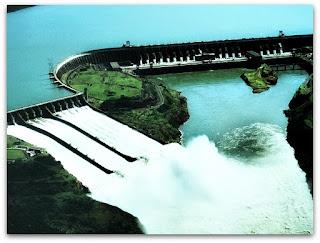 Vertedouro da Usina Hidrelétrica de Itaipu e Lago de Itaipu.