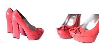 poza cu pantofi rosii cu toc gros si cu ciucuri
