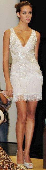 Giselle Patrón con hermoso vestido blanco