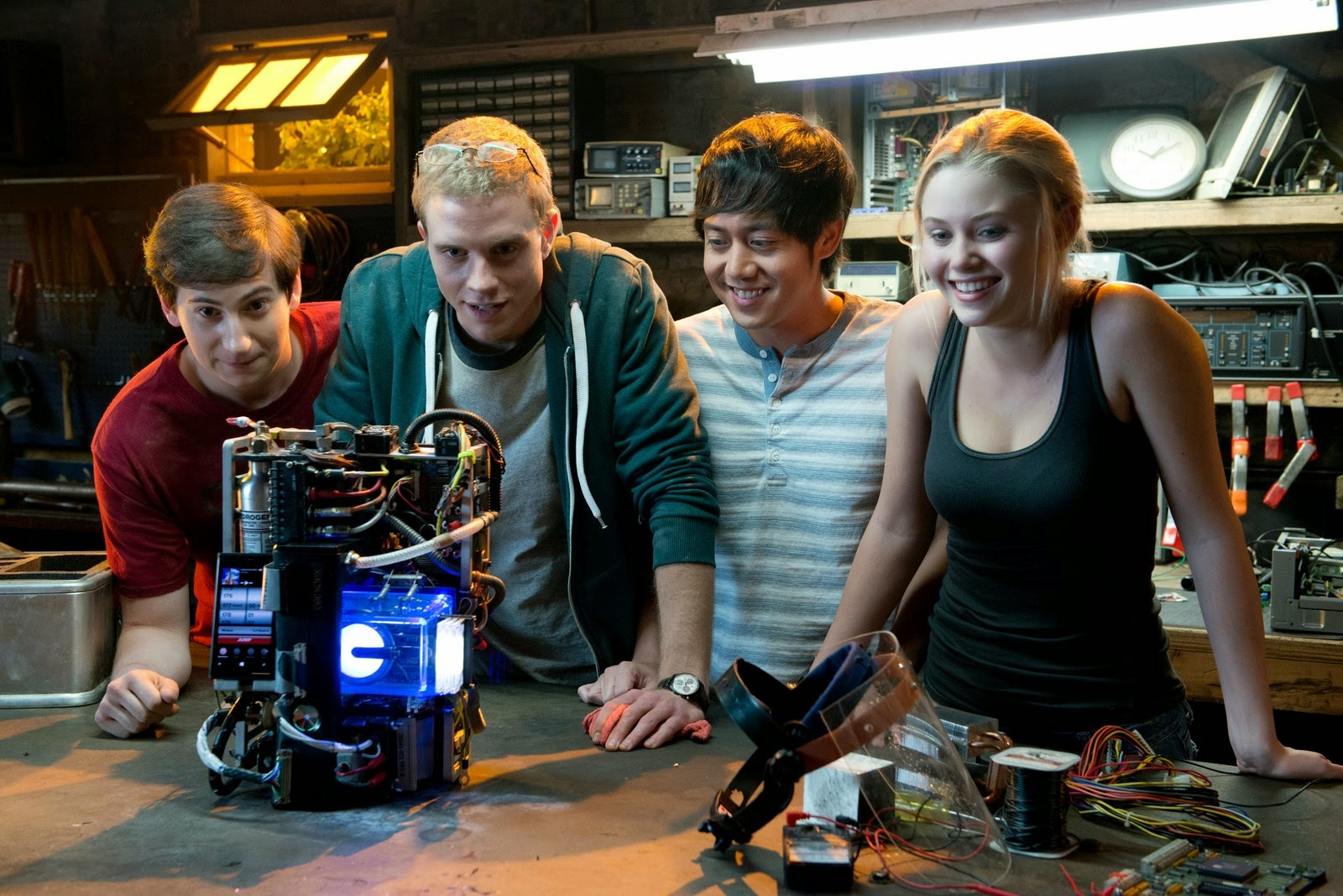 Project Almanac, Dean Israelite, Welcome to yesterday, Andrew Deutschman, Jonny Weston, Projet Almanac, David Raskin, Groundhog Day, Looper, Back to the future, Chronicle, Project X, Projet X, Sofia Black-D'Elia, Jessie Pierce, Sam Lerner, Quinn Goldberg, Allen Evangelista, Adam Le, Virginia Gardner, Christina Raskin, Amy Landecker, Kathy Raskin, Gary Weeks, Ben Raskin, Macsen Lintz, Gary Grubbs, Dr. Lou, Michelle DeFraites, Sarah Nathan, Joe Dante, Michael Bay, Platinum Dunes, geekmehard, geek me hard, test, trailer, critique, avis, comic-book, comics, film, chronique, article