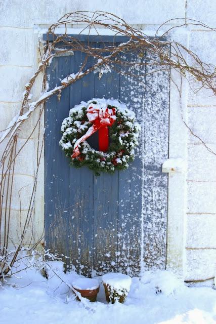 Bożonarodzeniowa aranżacja dekoracji drzwi