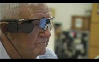 Ray Flynn tem 80 anos e tinha perdido a sua visão central. Olho biónico vai permitir que distinga formas como portas e janelas. Ray Flynn sofre de uma despigmentação degenerativa relacionada com a idade que o fez perder a totalidade da sua visão central. Fazendo uso apenas da sua visão periférica, este problema condiciona-lhe bastante a vida, uma vez que não consegue usar caixas multibanco, por exemplo. Foi operado no Hospital Oftalmológico Manchester Royal para que lhe fosse colocado um implante.