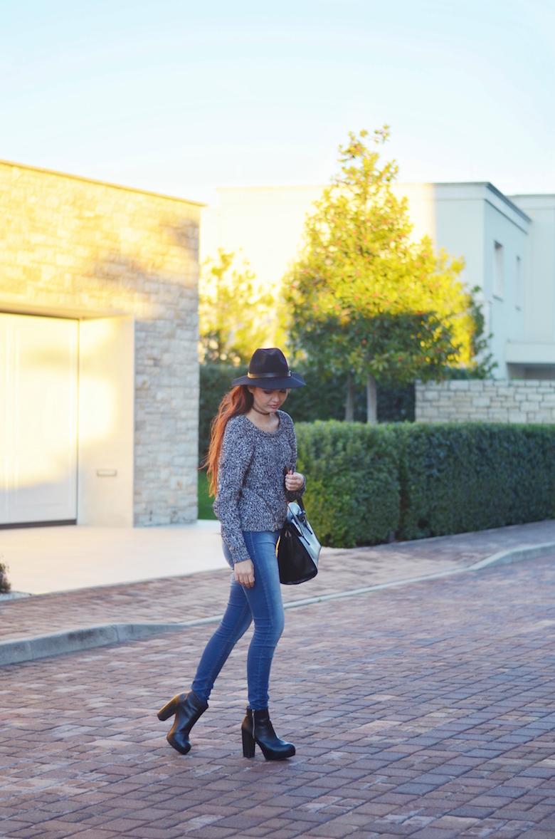 Outfit_Filzhut_Jeans_Pullover_lange_Haare_ViktoriaSarina
