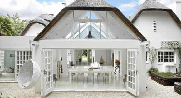esta casa de diseo minimalista superior situada en el sur de frica con un diseo interior moderno muestra un color blanco minimalista y grandes ventanas