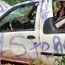 Carro roubado foi encontrado danificado e pichado