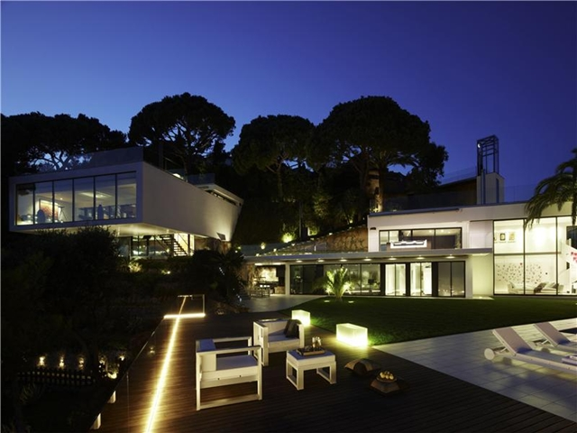 Modern mansion on the cliffs of costa brava spain for Modern house mansion