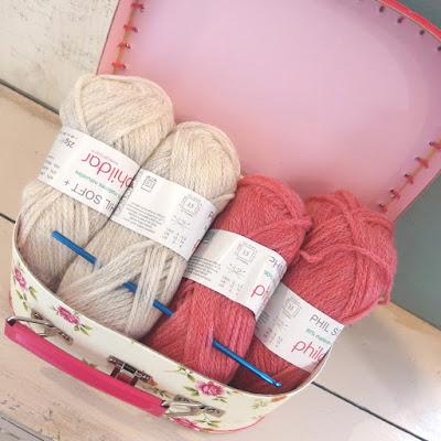 http://www.sweetsixteencraftstore.com/tienda-online/1039-maletin-beis-con-flores-ganchilllo.html