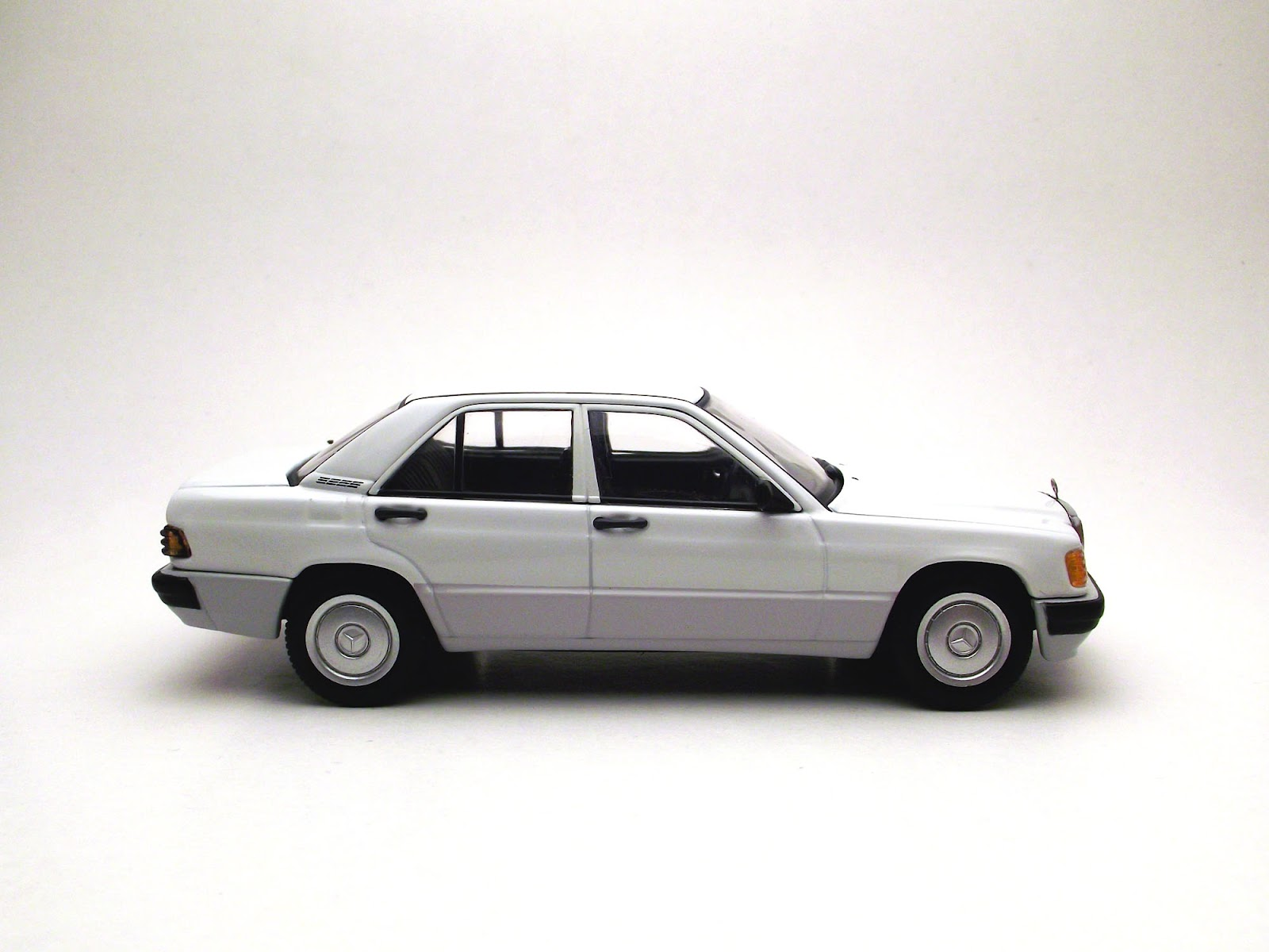 Diecast 1 43 mercedes benz 190e 2 0 1 43 autoart for Diecast mercedes benz