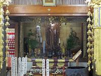 中央に釈尊、脇に延命地蔵が祀られている。
