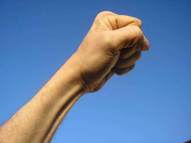 Levantar el puño en alto: triunfo, alegría, satisfacción