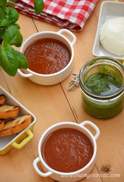 Zupa pomidorowa z pesto i mozarellą (Krem Caprese)