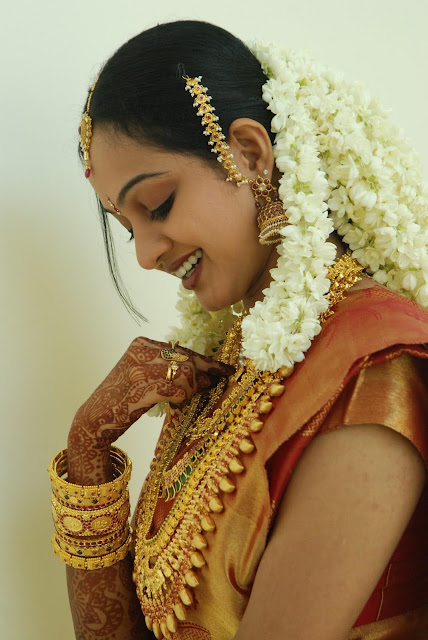 Tamil Bride with jasmine flowers and gold necklace.