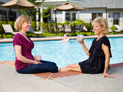 Athertyn-at-Haverford-Reserve-Exceptional-Living-Residents-Lifestyle-poolside-friends