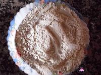 La harina, la levadura y la canela mezclada