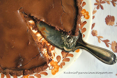155. Tarta czekoladowa z kremem z solonego karmelu i orzeszków ziemnych