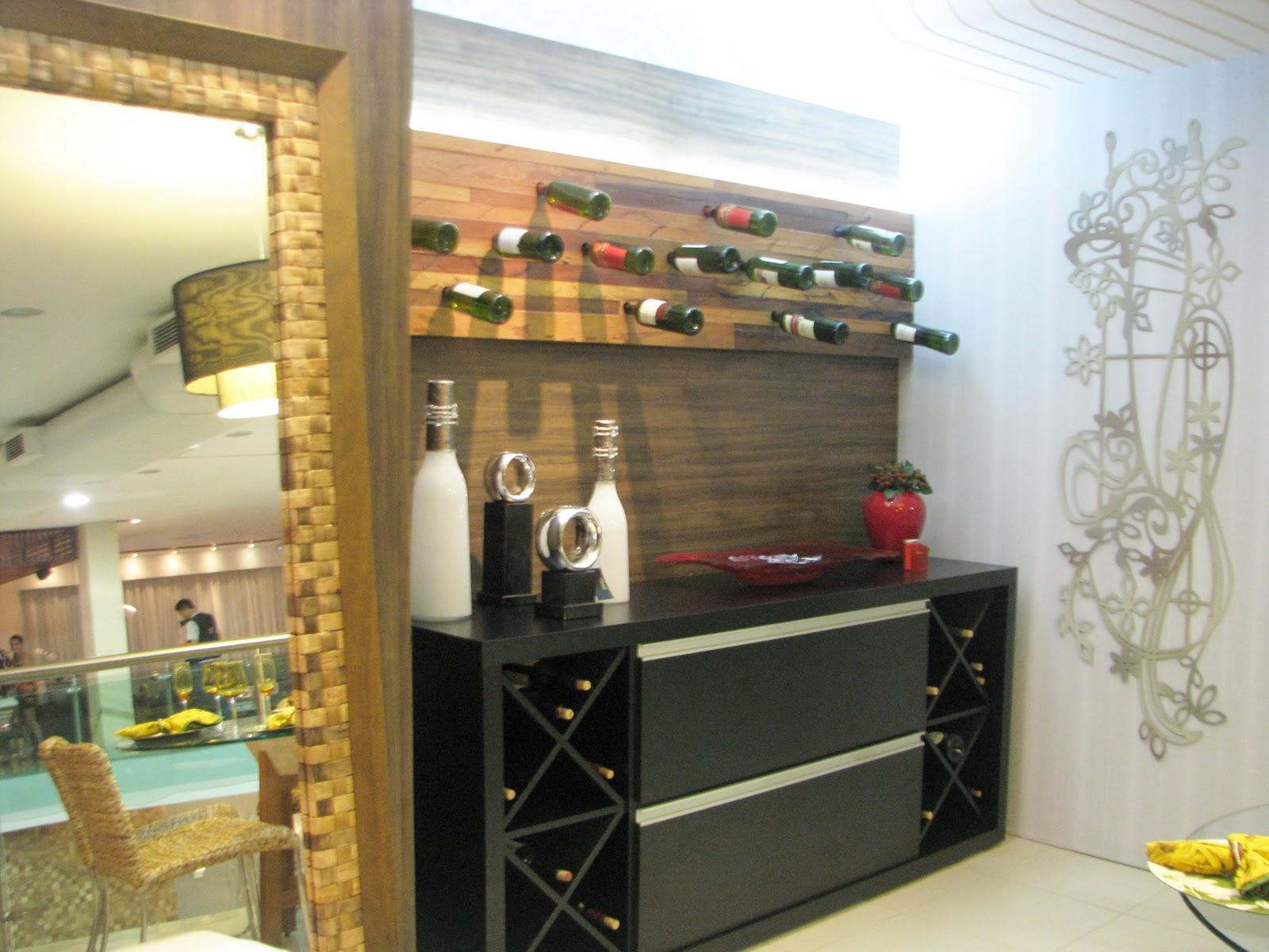 Adega Pequena Para Sala Ao Redor Da Mesa Redonda De Madeira Renemse  -> Adega Para Sala De Jantar Pequena