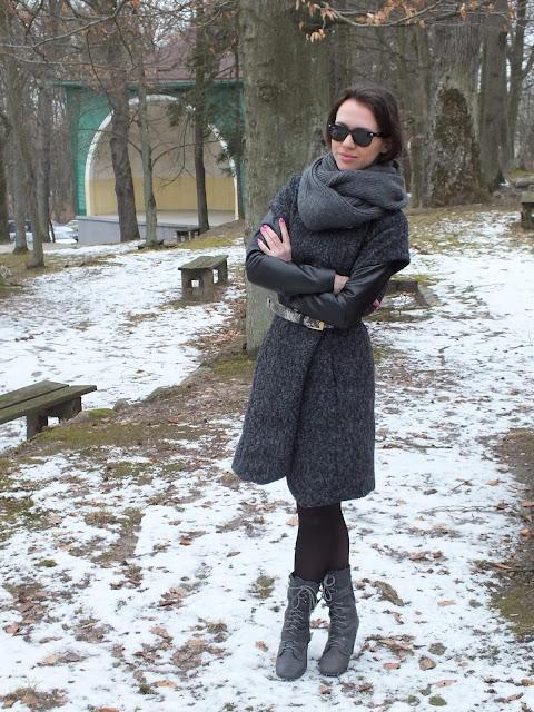 płaszcz ze skórzanymi rękawami