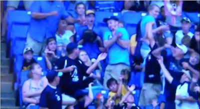 Esta pareja no pudo tener peor suerte en un partido de Baseball