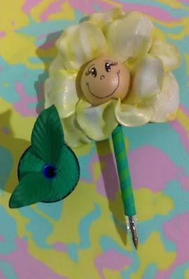 canetas bic decoradas em e.v.a utilizando o frisador.flor pequena com rostinho