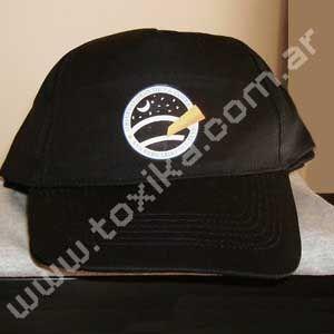 Estampado de logos en gorras