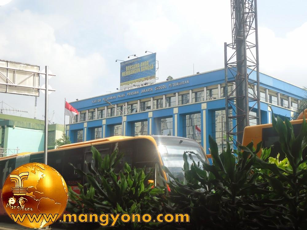 Foto jepretan dari bawah Jalan Layang Tomang