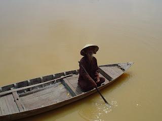 Pêcheur en bateau. Hoi An, Vietnam