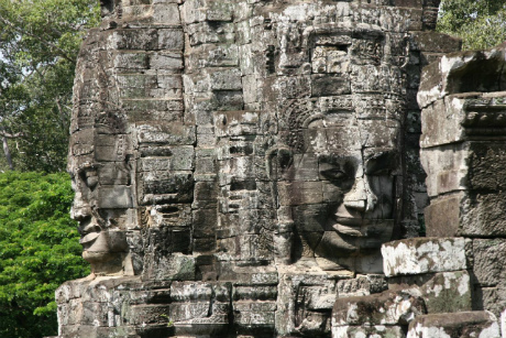 Angkor Wat is made ​​up of many members of massive sandstone, with a volume of up to 1.5 tons.