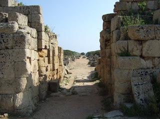 Blick vom Bereich der nördlichen Verteidigungsanlagen der Akropolis auf die in das Zentrum führende Straße