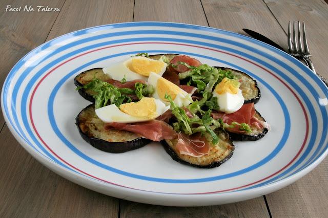 Sałatka z bakłażanem, prosciutto i jajkiem