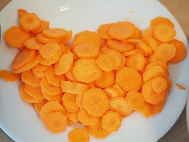 Couper les carottes en rondelles