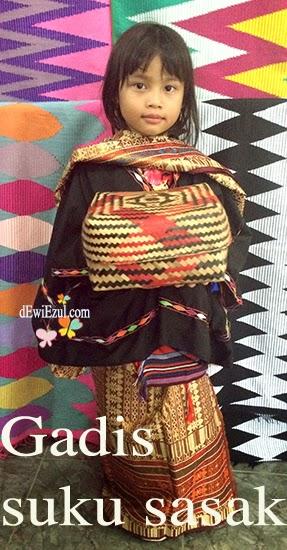 menggunakan baju adat lombok,sukarare lombok,dzarifa