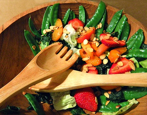 Semicircle of leftover salad in wooden bowl