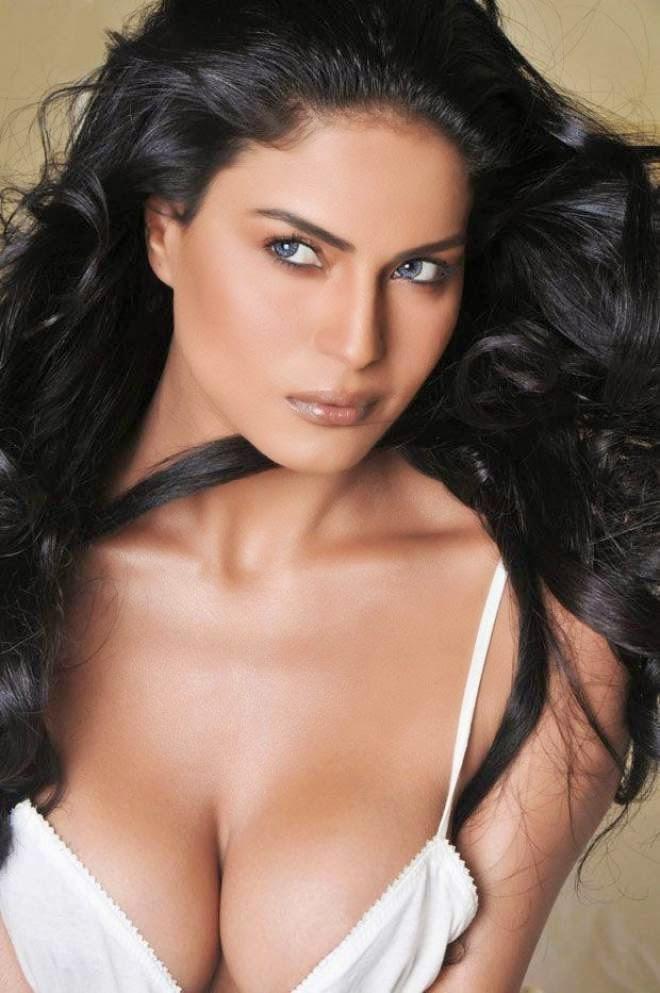 veena malik hot cleavage photos