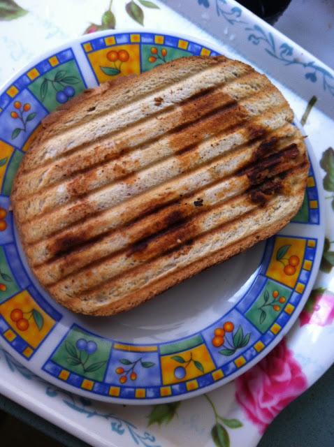 טוסט גבינה שחום וקריספי