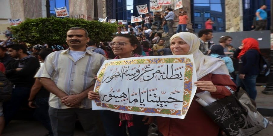 """لافتة مهداة لماهينور المصري  تحمل """"بطلة من عروسة البحور"""""""