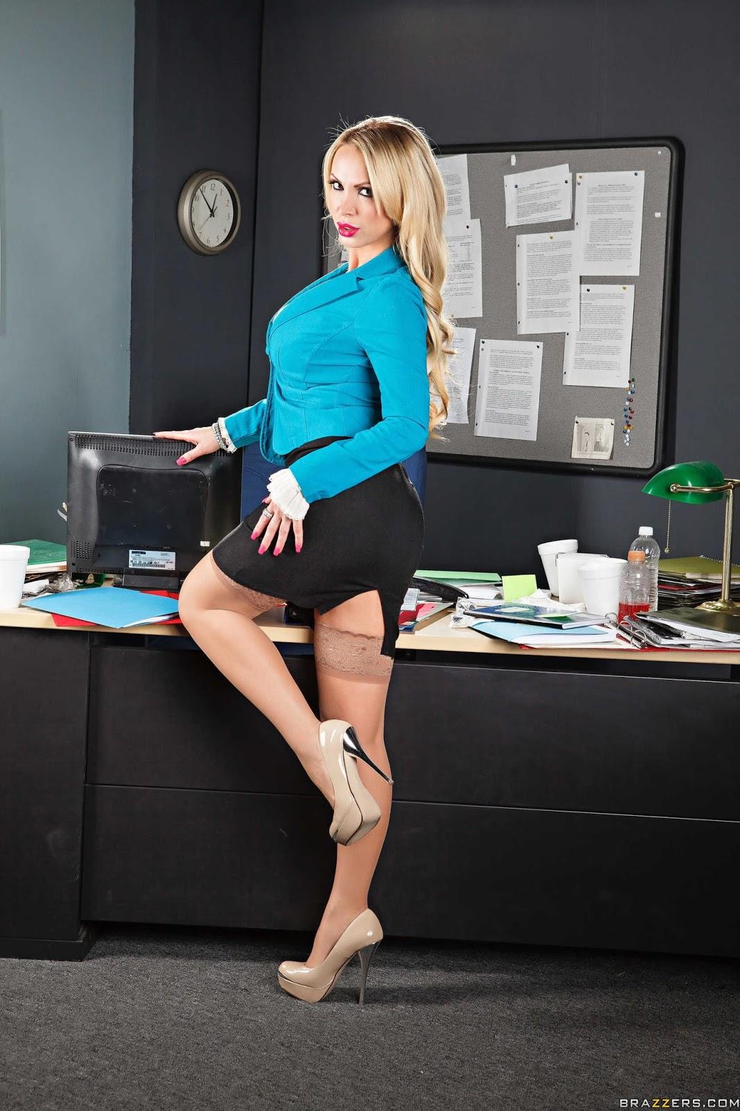 Секретарша на высоких каблуках 2 фотография