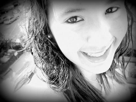 nunca dejes de sonreír, porque alguien puede enamorarse de tu sonrisa♥
